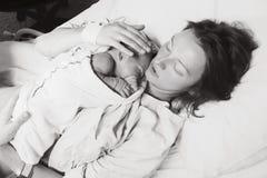 Moeder die haar pasgeboren baby na arbeid in het ziekenhuis houdt royalty-vrije stock foto's
