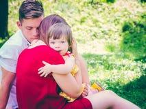 Moeder die haar schreeuwend leuk babymeisje houden Royalty-vrije Stock Afbeeldingen