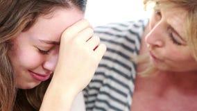 Moeder die haar tienerdochter troosten stock footage