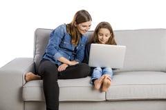 Moeder die haar weinig dochter onderwijzen Stock Afbeeldingen