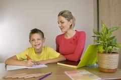 Moeder die haar zonen met thuiswerk helpen Royalty-vrije Stock Fotografie