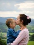 Moeder die haar zoon kust Royalty-vrije Stock Foto