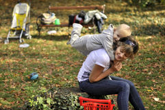 Moeder die haar zoon op de rug opheft royalty-vrije stock foto