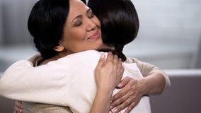 Moeder die jonge dochter, empathie en tederheid, liefde en moederschap omhelzen stock foto's