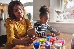 Moeder die kind vergeten omdat celtelefoon Royalty-vrije Stock Fotografie