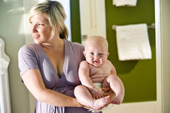 Moeder die leuke mollige baby vervoert Royalty-vrije Stock Fotografie