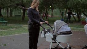 Moeder die met baby en oudere zoon lopen openlucht stock footage