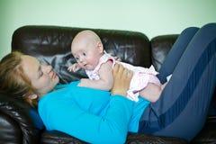 Moeder die met Baby ligt Royalty-vrije Stock Foto's