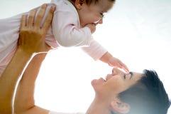 Moeder die met haar weinig dochter speelt Stock Foto's