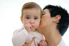 Moeder die met haar weinig dochter speelt Stock Foto