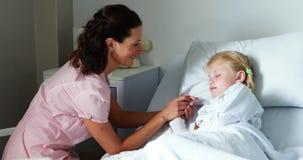 Moeder die met haar zieke dochter interactie aangaan stock video