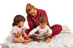 Moeder die met jonge geitjes verhaal leest royalty-vrije stock fotografie