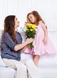 Moeder die met meisje spreekt royalty-vrije stock foto