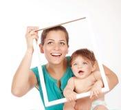 Moeder die met zoon koesteren Stock Afbeelding