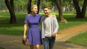 Moeder die met zoon die in park lopen, over toekomstige onderwijs of carrière communiceren stock video