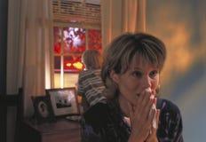 Moeder die met zoon tijdens noodsituatie schreeuwt Stock Foto's