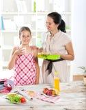 Moeder die ontbijt voor haar kinderen maken Stock Foto