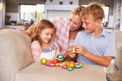 Moeder die Pasen thuis met jonge geitjes vieren Royalty-vrije Stock Afbeelding