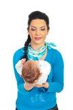 Moeder die pasgeboren baby in haar handen houdt Stock Foto