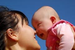 Moeder die pasgeboren baby houdt stock afbeeldingen