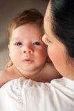 Moeder die pasgeboren baby houden Stock Foto