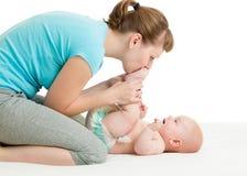 Moeder die pret met de zuigeling van de babyjongen hebben stock fotografie