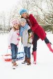 Moeder die Slee trekt door SneeuwLandschap Stock Fotografie