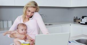 Moeder die terwijl het vervoeren van haar baby roepen