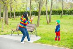 Moeder die tot foto maken aan zijn zoon Stock Afbeeldingen