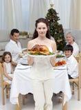 Moeder die Turkije voor het diner van Kerstmis toont Stock Fotografie