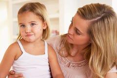 Moeder die ziek kind verzorgt Stock Afbeeldingen