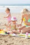 Moeder die zonneroom op haar kinderen zet Royalty-vrije Stock Fotografie
