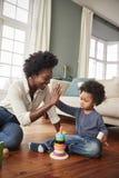 Moeder die Zoonshoogte Vijf geven aangezien zij met Toy At Home spelen royalty-vrije stock fotografie