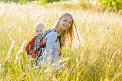 Moeder, dochter in een weide Royalty-vrije Stock Fotografie