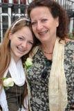 Moeder - dochter het lachen portret met steunen Stock Fotografie
