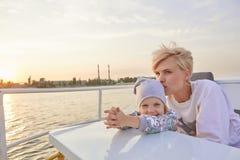 Moeder, dochter op jacht of catamaranboot stock foto's