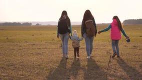 moeder, dochters en van huishuisdieren toeristen Familie met rugzakkenreizen met een hond groepswerk van een hechte familie stock videobeelden