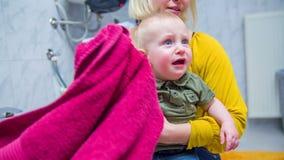 Moeder drogende handen met een handdoek stock videobeelden