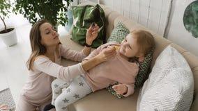 Moeder druipende geneesmiddelen in dochter` s neus stock video