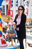 Moeder en baai bij funfair Royalty-vrije Stock Afbeeldingen
