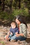 Moeder en baby in aard Stock Afbeeldingen