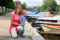 Moeder en baby bij de kade Royalty-vrije Stock Fotografie