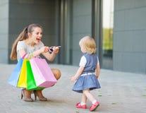 Moeder en baby bij het winkelen Stock Foto's