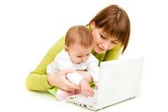 Moeder en baby bij laptop Royalty-vrije Stock Foto's