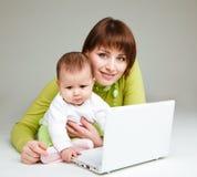 Moeder en baby bij laptop Royalty-vrije Stock Afbeelding