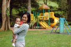 Moeder en baby bij park Royalty-vrije Stock Afbeeldingen