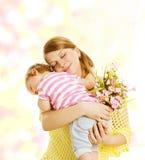 Moeder en Baby de Bloemen van het Familieportret, Weinig Jong geitje het Omhelzen Stock Foto