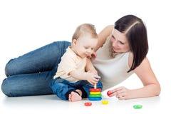 Moeder en baby de piramidestuk speelgoed van het jongensspel royalty-vrije stock fotografie