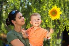 Moeder en baby in de zomer Stock Foto's