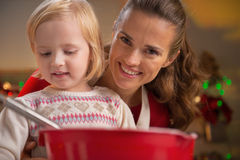 Moeder en baby die Kerstmiskoekjes maken stock afbeelding